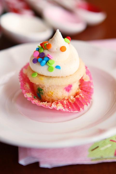 fluffy-vanilla-funfetti-cupcake